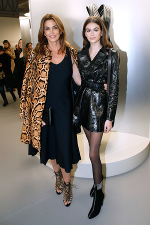 Фото дня: Синди Кроуфорд и Кайя Гербер на открытии выставки в Париже (фото 1)