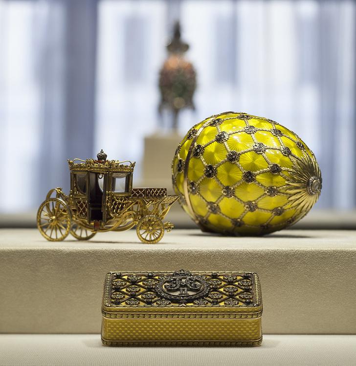 «Коронационное» яйцо 1897 года с сюрпризом — миниатюрной каретой. Фирма Карла Фаберже, мастер Михаил Перхин. Табакерка — дипломатический подарок по случаю коронации. Фирма Карла Фаберже, мастер Август Хольмстрем.