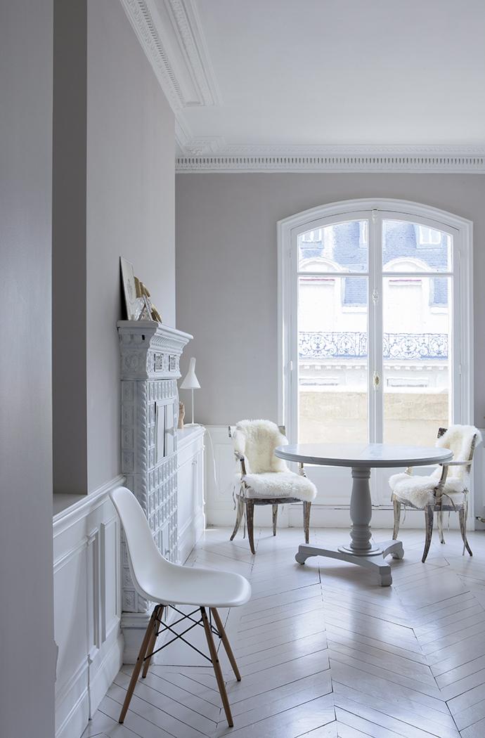 Фрагмент гостиной. Обеденный стол и шведские стулья XVIII века куплены на блошином рынке.
