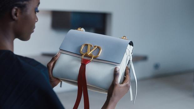 Будущее уже здесь: технологичная кампания Mytheresa, посвященная новой сумке Valentino (фото 1)