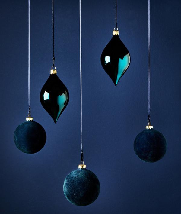 Бархатный елочный шар и игрушки в форме капли, Zara Home, магазины Zara Home, 999 руб.