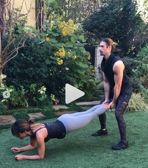 51-летняя Холли Берри и ее сексуальный тренер занимаются фитнесом (видео) (фото 1)