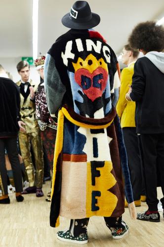 Фото дня: Рианна в шубе Dolce & Gabbana (фото 3.2)