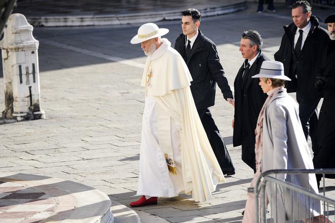 Белым бело: Джон Малкович на съемках сериала «Новый Папа» (фото 3)