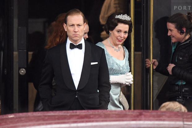 Оскароносная Оливия Колман в роли Елизаветы II на новых кадрах сериала «Корона» (фото 1)