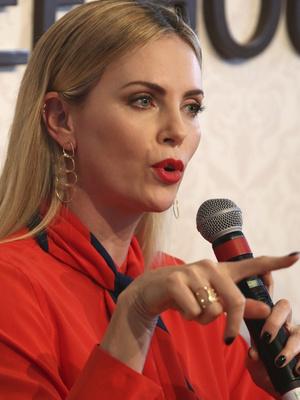 Леди в красном: Шарлиз Терон в Givenchy на форуме в Дубае (фото 2)