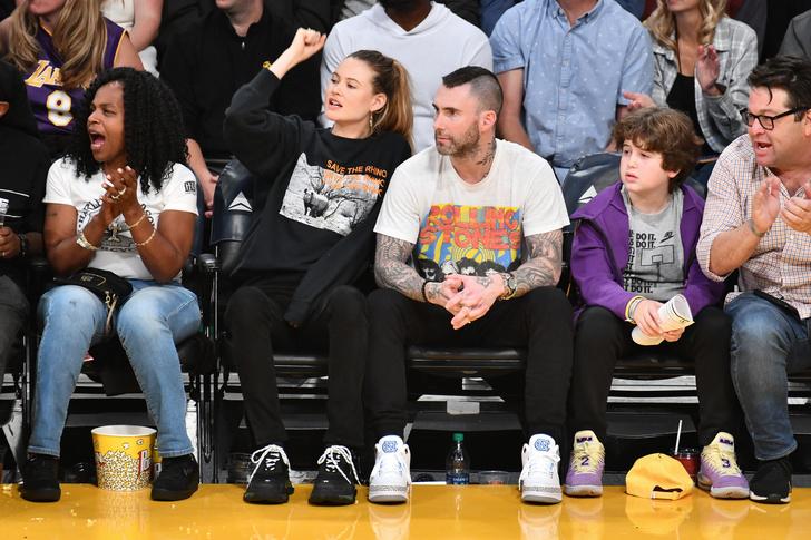 Одни эмоции: Бехати Принслу и Адам Левин на баскетбольном матче (фото 2)