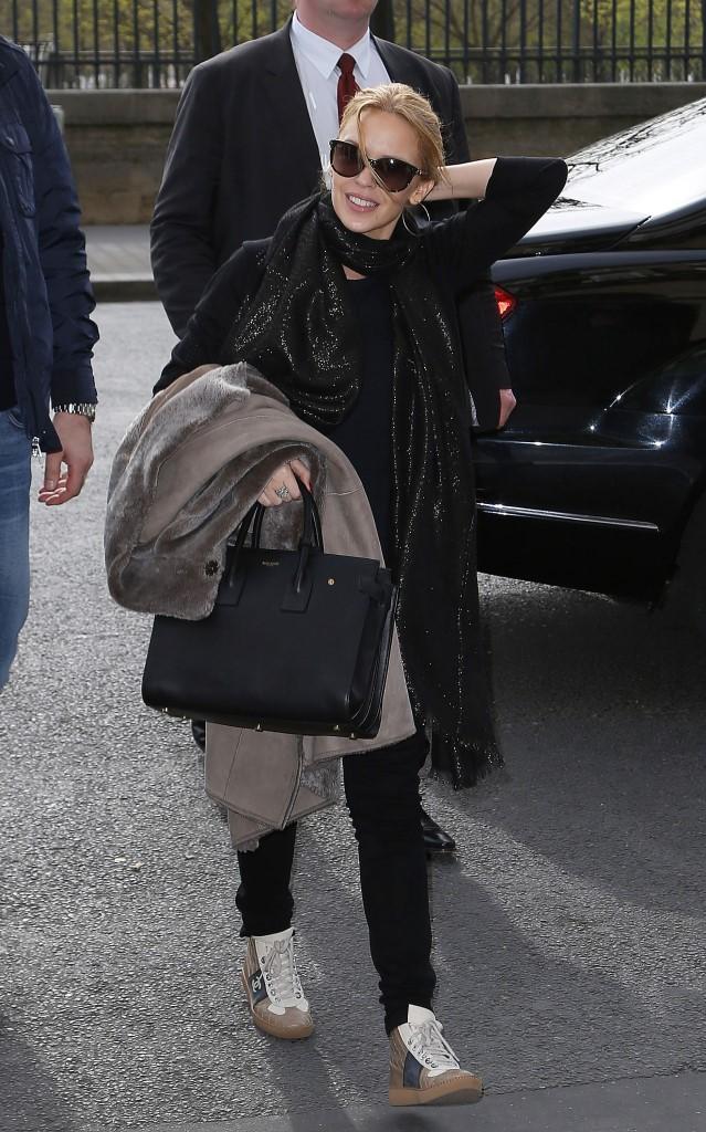 Кайли Миноуг в кроссовках Chanel