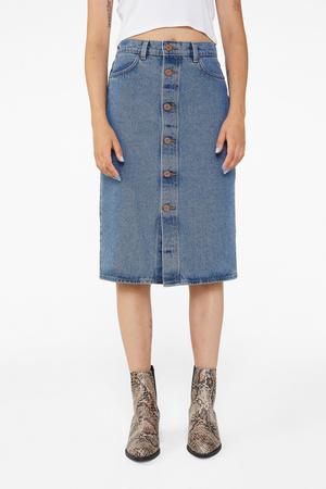 Всего одна юбку на весну — джинсовая миди, как носили наши мамы (фото 8.1)