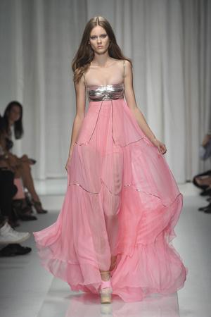 Показ Versace коллекции сезона Весна-лето 2010 года prêt-à-porter - www.elle.ru - Подиум - фото 117623