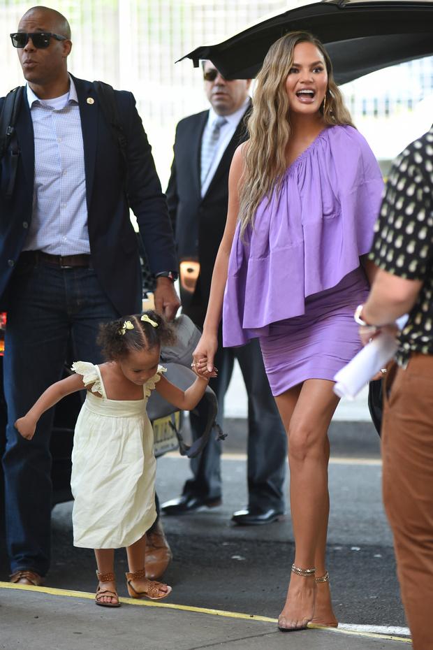 В каком платье супермодели гуляют на детской площадке? Неожиданный образ Крисси Тейген (фото 1)
