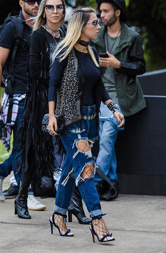 Колготки в сетку и рваные джинсы