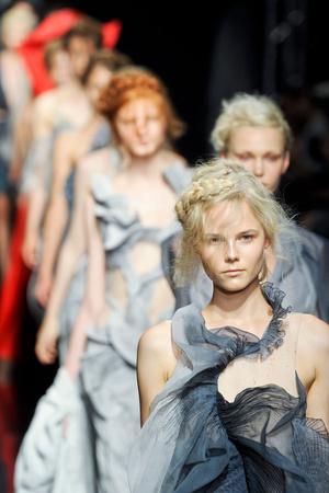 Показ Yiqing Yin коллекции сезона Осень-зима 2012-2013 года Haute couture - www.elle.ru - Подиум - фото 405054