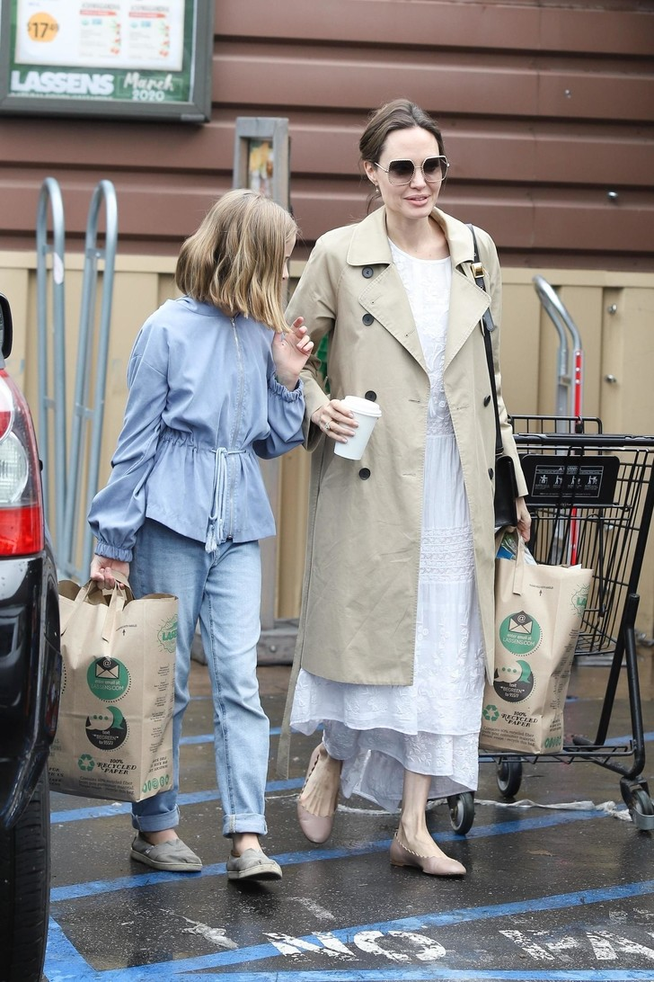 Платье из кружевного белого льна и балетки: сияющая Анджелина Джоли на прогулке с дочерью (фото 1)