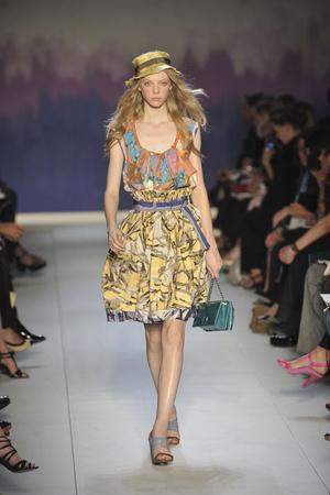 Показ Moschino Cheap & Chic коллекции сезона Весна-лето 2009 года prêt-à-porter - www.elle.ru - Подиум - фото 83160