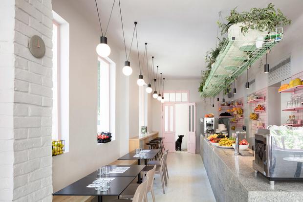 Веганское кафе в Тель-Авиве в нежно-розовых тонах (фото 2)