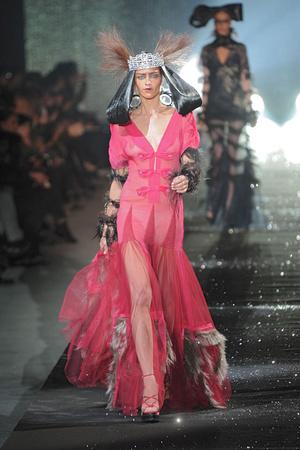 Показы мод John Galliano Осень-зима 2010-2011 | Подиум на ELLE - Подиум - фото 2715