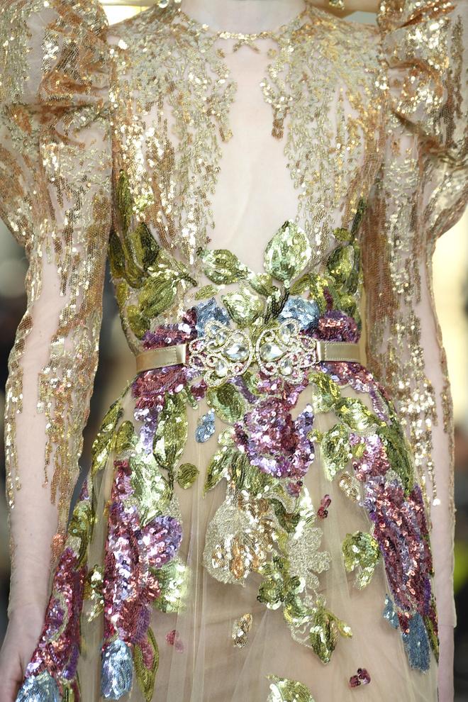 Вырезы в форме галстука и сотни тысяч кристаллов: Elie Saab Haute Couture 2020 (фото 3.1)