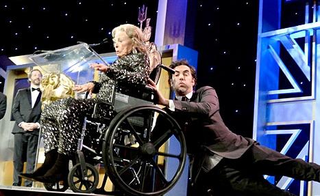 Саша Барон Коэн и старушка в инвалидном кресле