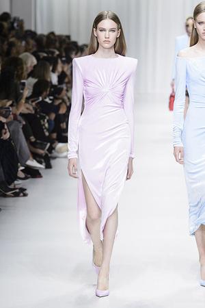 Показ Versace коллекции сезона Весна-лето 2018 года Prêt-à-porter - www.elle.ru - Подиум - фото 639471