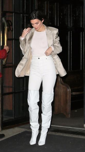 Смелое сочетание: Кендалл Дженнер в белых ботфортах и в атласном блейзере (фото 2)