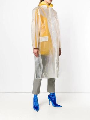Transparent spring: прозрачный плащ, который подойдет ко всем вещам в вашем гардеробе (фото 3.1)