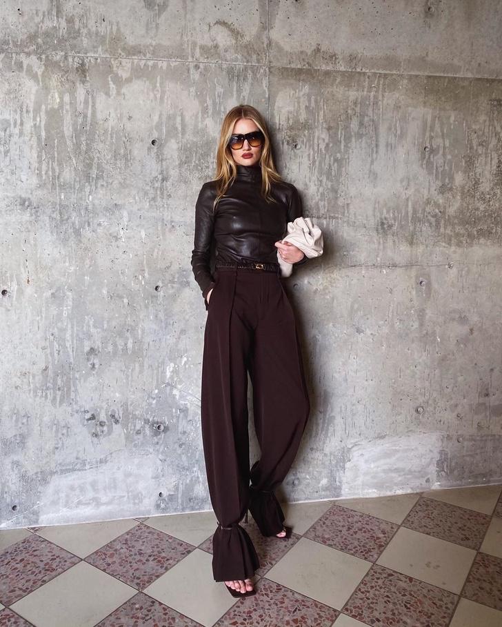 В оттенке темного шоколада: Рози Хантингтон-Уайтли в наряде Bottega Veneta (фото 1)