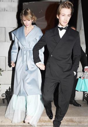 Парный выход: Тейлор Свифт и Джо Элвин на церемонии BAFTA-2019 (фото 1.2)