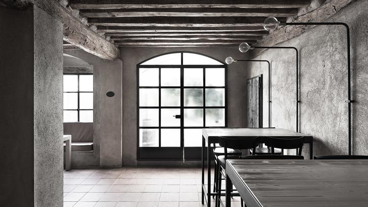 Монохромная закусочная в здании фермы XVI века (фото 11)