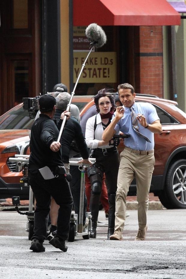 Райан Рейнольдс и звезда «Убивая Еву» Джоди Комер на съемках нового фильма (фото 2)