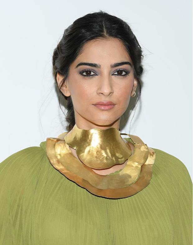 Самая красивая гостья показа Elie Saab: актриса Сонам Капур в платье  фисташкового цвета с воротником из золота (фото 1)