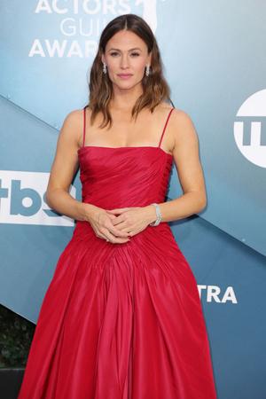 Красота по-американски: Дженнифер Гарнер в алом платье Dolce & Gabbana (фото 0.2)