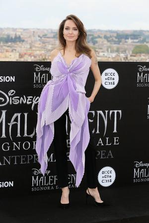 Жизнь в сиреневом цвете: Анджелина Джоли в Givenchy Haute Couture (фото 1.1)
