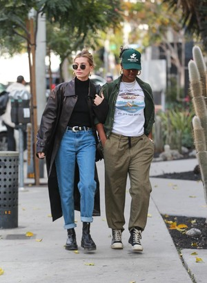Черный плащ + самая модная сумка сезона: Хейли Бибер на ланче с подругой (фото 0.1)