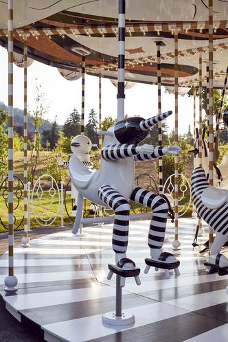 Карусель по дизайну Хайме Айона в музее  Swarovski Kristallwelten (фото 4.1)
