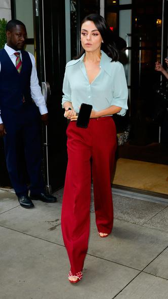 Макияж в тон брюкам и босоножки в горошек: Мила Кунис в Нью-Йорке (фото 1)