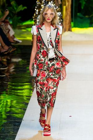 Показ Dolce & Gabbana коллекции сезона Весна-лето  2017 года prêt-à-porter - www.elle.ru - Подиум - фото 610613