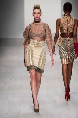 Показ Fashion Fringe коллекции сезона Весна-лето 2013 года prêt-à-porter - www.elle.ru - Подиум - фото 434748