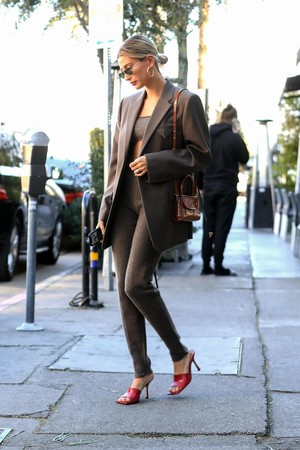 Трикотажный костюм + пиджак в тон: Хейли Бибер спешит на обед с друзьями (фото 1.2)