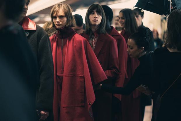 Самые красивые модели на бэкстейдже в Милане (фото 49)