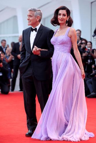 Фото дня: Джордж и Амаль Клуни на Венецианском кинофестивале фото [6]