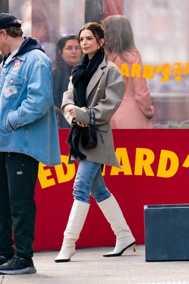 Пальто с плечами в стиле 90-х: Эмили Ратаковски  показывает, с чем его сочетать (фото 1)