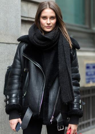 Модные зимние куртки из кожи с мехом уличная мода фото