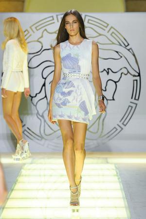 Показ Versace коллекции сезона Весна-лето 2012 года Prêt-à-porter - www.elle.ru - Подиум - фото 303421