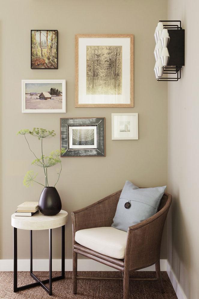 Фрагмент спальни. Кресло Cohen от McGuire Furniture. Настенный светильник Lidiek — винтаж, 1960-е годы. На стенах — графические работы Михаила Йоффе, прадеда хозяина дома.