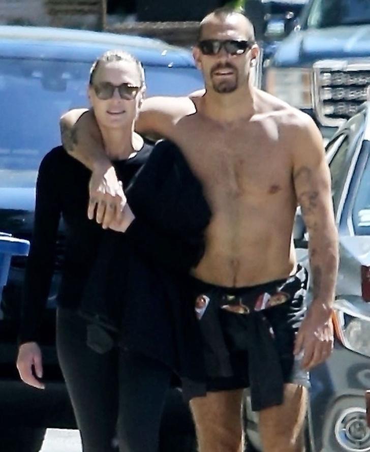 Вот это тело! Робин Райт и ее полуобнаженный супруг на прогулке (фото 4)