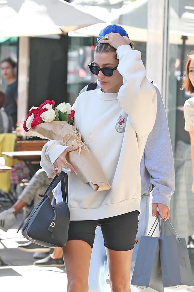 Розы и розовые носочки: романтичный образ Хейли Бибер (фото 3)
