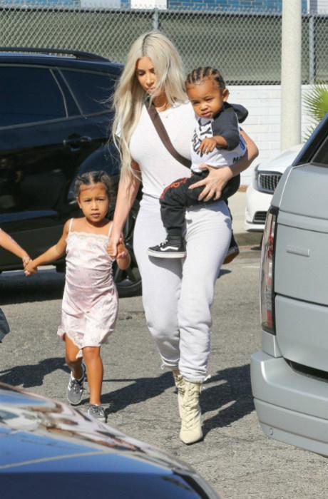 Фото дня: Ким Кардашьян и Канье Уэст с детьми в Лос-Анджелесе фото [4]