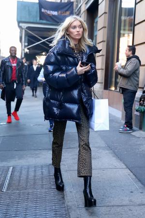 2 вида леопардового принта + пуховик: Эльза Хоск в зимнем Нью-Йорке (фото 2)