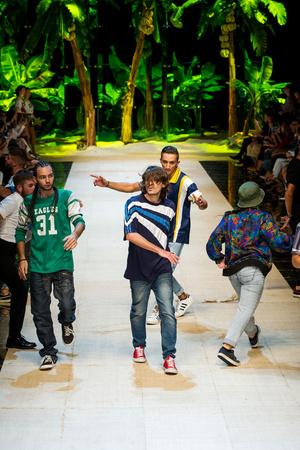Показ Dolce & Gabbana коллекции сезона Весна-лето  2017 года Prêt-à-porter - www.elle.ru - Подиум - фото 610618